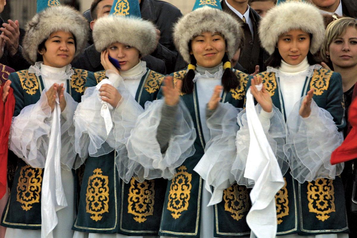 На фото: Один балмуздак и две бутылки сырасы (о роли казахского языка в Казахстане), автор: Basmach