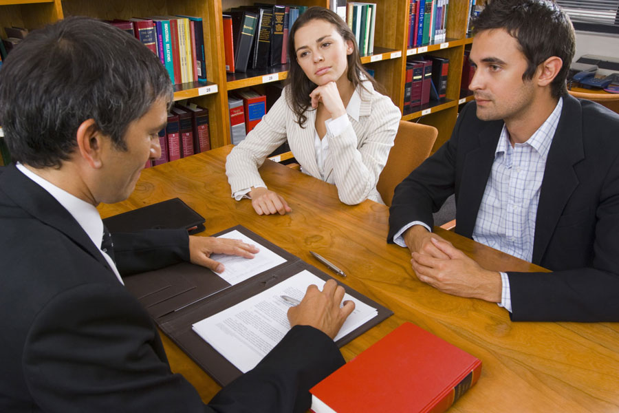 На фото: Семейный юрист. Должен ли джентельмен помочь леди выйти, если она хочет войти?, автор: admin
