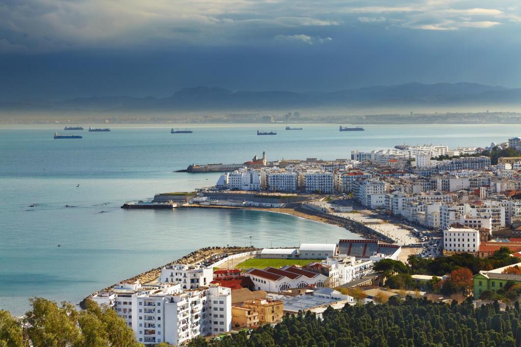 На фото: Алжир: МАНЕВРЫ
