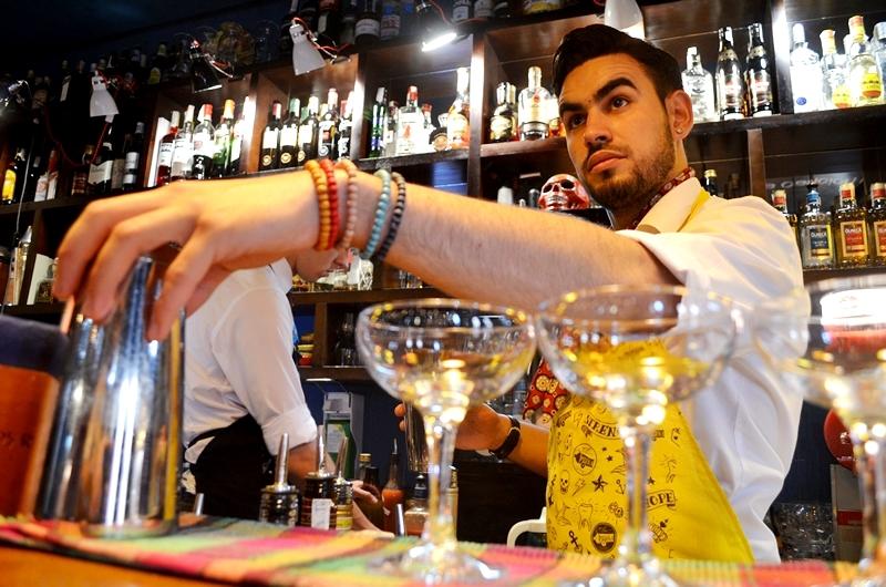 На фото: Студент Жольт зарабатывает на образование в баре (быт студентов в Европе - репортаж из Венгрии), автор: admin