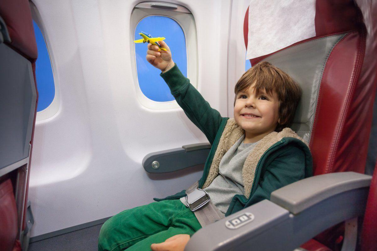 Ребенок в кресле самолета